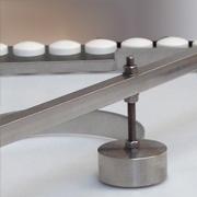Déviateur de produit pour tables tournantes